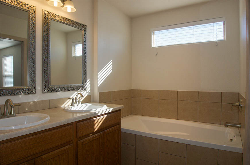 161 Sun Hawk master bath with double vanities & soaking tub