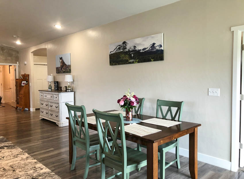 2840 Kelso Mesa's dining area